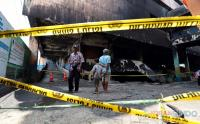Warga Melihat Sisa Kebakaran Kawasan Pasar Minggu