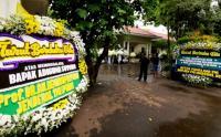 Ratusan Karangan Bunga Memadati Rumah Duka Adiguna Sutowo