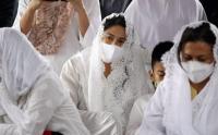 Kenakan Pakaian Serba Putih, Dian Satro Hantarkan Sang Mertua ke Tempat Peristirahatan Terakhir