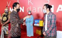 Presiden Jokowi Tinjau Pelaksanaan Vaksinasi Seniman dan Budayawan