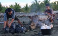 Kuliner Kelapa Bakar Khas Ramadhan di Aceh Barat