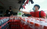 Laris Manis Pedagang Minuman Bersoda saat Ramadhan