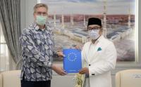 Sarungan, Ridwan Kamil Terima Kunjungan Duta Besar Uni Eropa
