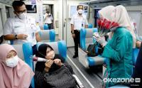 Sambut Hari Kartini, Pegawai KAI Bagikan Bunga di Stasiun Gambir