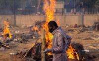 Catat Angka Kematian Tertinggi, India Kremasi Massal Korban COVID-19