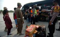 Nekat Mudik, Penumpang Travel Gelap Diturunkan di Jalan Tol