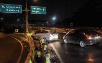 Hindari Penyekatan, Kendaraan Terobos Pembatas Jalan Tol