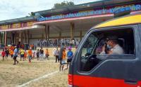 Papua Barat, Polisi Bubarkan Warga yang Lagi Asik Nonton Bola