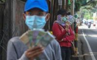 Jelang Lebaran, Jasa Penukaran Uang Menjamur di Pinggir Jalan