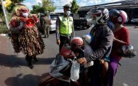 Unik, Pak Polisi Pakai Kostum Celuluk Sambil Sosialisasi Larangan Mudik