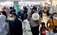 Pengunjung Pusat Perbelanjaan Membeludak, Petugas Sosialisasikan Prokes