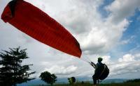 Atraksi Paralayang di Wisata Puncak Bollangi Gowa