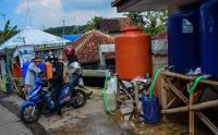 Berburu Air Asin untuk Olahan Ketupat Lebaran