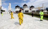 Masjid Raya Baiturrahman Aceh Disemprot Disinfektan Sebelum Digunakan Sholat Eid