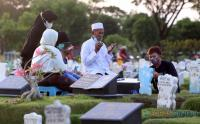 Makam Covid-19 Ramai Peziarah di Ujung Ramadhan 1442 H