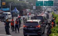 Petugas gabungan Lakukan Penyekatan di Jalur Wisata Puncak