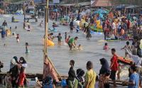 Penampakan Pantai Karangsong Indramayu yang Dipadati Wisatawan saat Libur Lebaran