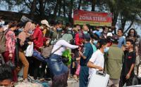 Penampakan Ribuan Wisatawan yang Akan Berlibur ke Kepulauan Seribu Menumpuk di Pelabuhan Kaliadem