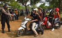 Antisipasi Penyebaran Corona, Polisi Bubarkan Kerumunan Wisatawan di Pantai Anyer