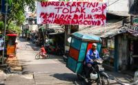 Warga Pasang Spanduk Himbauan untuk Pemudik untuk Mencegah Penyebaran Corona