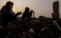 Warga Panjatkan Doa saat Ziarah Makam Covid-19 di TPU Srengseng Sawah