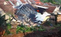 Rumah Hancur Tertimpa Tanah Longsor di Ciputat
