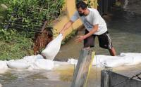 Tanggul Jebol Akibat Longsor Sebabkan Banjir dan Rumah Hancur