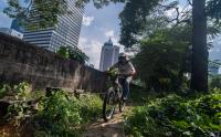 Keseruan Bersepeda Gunung di Lahan Hijau Ibu Kota
