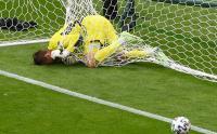 Euro 2020, Kiper Skotalndia Tersangkut Jaring Gawang