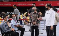 Presiden Jokowi Tinjau Vaksinasi Pelaku Jasa Keuangan di Tenis Indoor Senayan