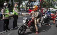 Kasus Covid-19 Meningkat di Solo, Anggota Polisi Bagikan Masker dan Hand Sanitizer untuk Warga
