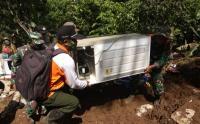 Tim SAR Bersama Warga Evakuasi Barang Sisa Longsor Banyuwangi
