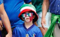 Gaya Unik Fans Timnas Italia, Ada Juga yang Bawa Satu Keluarga Nonton ke Stadion