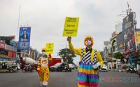 Aksi Badut Turun Kejalan Ajak Masyarakat untuk Vaksinasi Covid-19