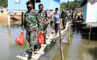Susuri Jalan Setapak, Prajurit TNI Berikan Sembako untuk Warga Desa Leppe Kendari