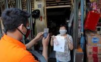Warga Pecinan Glodok Terima Bantuan Sosial Tunai