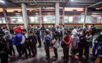Pagi-Pagi Buta, Calon Penumpang KRL Sudah Padati Stasiun Bojonggede