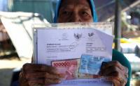 Warga Rela Antre untuk Terima Bantuan Sosial Tunai Sebesar Rp600.000