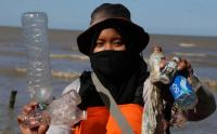 Miris, Sampah Plastik Menumpuk di Pantai Timur Surabaya