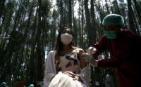 Sambil Menikmati Suasana Hutan Pinus, Warga Ikuti Vaksinasi Massal Dinas Pariwisata Bantul