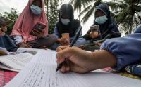 Susah Sinyal, Pelajar Belajar di Atas Atap Rumah Warga