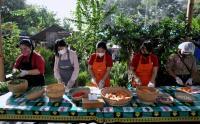 Relawan Sukarela Siapkan Makanan untuk Warga Terdampak Pandemi Covid-19 di Kota Denpasar