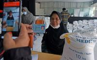 Warga Banten Terima Bantuan Beras 10 Kilogram