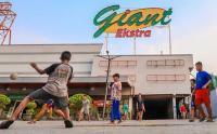 Giant Ditutup, Anak-Anak Asik Bermain Bola