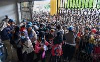 Warga Berdesakan Masuk Gedung Serbaguna Pemprov Sumut untuk Divaksin