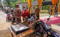 Bupati Batang Naik Motor Trail Hadiri Hajatan Drive Thru
