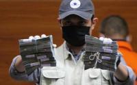 Penyidik KPK Perlihatkan Tumpukan Uang Hasil OTT di Kalsel