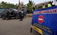 Cegah Kepadatan Pengunjung Pantai Anyer, Petugas Putar Balik Kendaraan Wisatawan