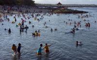 Wisata Kembali Dibuka, Pantai Sanur Bali Dipenuhi Pengunjung