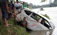 Mobil Terjungkal dari Atas Rakit di Sungai Konaweha, 3 Orang Meninggal
